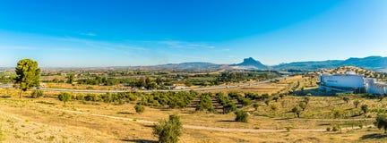 Πανοραμική άποψη στη φύση με το κτήριο μουσείων Dolmens στην περιοχή Antequera - την Ισπανία Στοκ Εικόνες