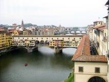 Πανοραμική άποψη στον ποταμό και Ponte Vecchio Arno Στοκ Εικόνα