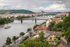 Πανοραμική άποψη στον ποταμό της Πράγας και Vltava Στοκ Φωτογραφία