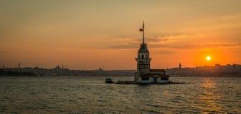 Πανοραμική άποψη στον πύργο του κοριτσιού στη Ιστανμπούλ, Τουρκία στους ήλιους στοκ εικόνες