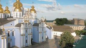 Πανοραμική άποψη στο χρυσός-καλυμμένο δια θόλου μοναστήρι στο Κίεβο απόθεμα βίντεο
