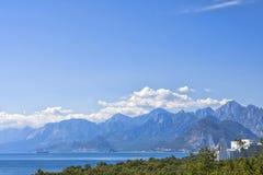 Πανοραμική άποψη σχετικά με τα βουνά Antalya και τη Μεσόγειο από το πάρκο παραλιών antalya Τουρκία Στοκ Εικόνες