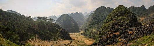 Πανοραμική άποψη σχετικά με τα μεγαλοπρεπή βουνά γύρω από το φορτηγό ήχων καμπάνας, επαρχία εκταρίου Giang, Βιετνάμ στοκ φωτογραφίες με δικαίωμα ελεύθερης χρήσης