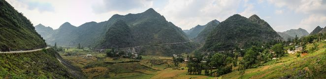 Πανοραμική άποψη σχετικά με τα μεγαλοπρεπή βουνά γύρω από Meo Vac, επαρχία εκταρίου Giang, Βιετνάμ στοκ εικόνες