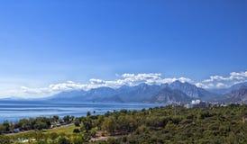 Πανοραμική άποψη σχετικά με την παραλία Antalya, τα βουνά και τη Μεσόγειο από το πάρκο παραλιών antalya Τουρκία Στοκ εικόνες με δικαίωμα ελεύθερης χρήσης