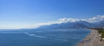 Πανοραμική άποψη σχετικά με την παραλία Antalya, τα βουνά και τη Μεσόγειο από το πάρκο Ataturk antalya Τουρκία Στοκ εικόνα με δικαίωμα ελεύθερης χρήσης
