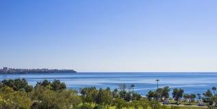 Πανοραμική άποψη σχετικά με την πόλη Antalya και τη Μεσόγειο από το πάρκο παραλιών antalya Τουρκία Στοκ εικόνα με δικαίωμα ελεύθερης χρήσης