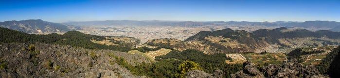 Πανοραμική άποψη σχετικά με την πόλη Quetzaltenango και το βουνό γύρω από το Λα Muela, Quetzaltenango, Altiplano, Γουατεμάλα στοκ φωτογραφία
