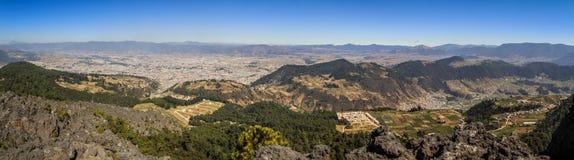 Πανοραμική άποψη σχετικά με την πόλη Quetzaltenango και το βουνό γύρω από το Λα Muela, Quetzaltenango, Altiplano, Γουατεμάλα στοκ εικόνες