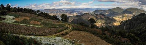Πανοραμική άποψη σχετικά με την πόλη Quetzaltenango και των λόφων γύρω, που προέρχεται κάτω από Cerro Quemado, Altiplano, Γουατεμ στοκ φωτογραφίες