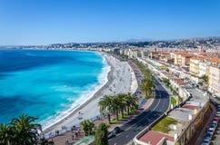 Πανοραμική άποψη σχετικά με την πόλη της Νίκαιας με τα βουνά και την κυανή θάλασσα Στοκ εικόνα με δικαίωμα ελεύθερης χρήσης