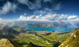 Πανοραμική άποψη σχετικά με τη λίμνη Thun Στοκ Εικόνες