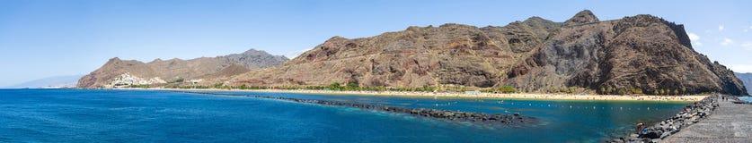 Πανοραμική άποψη σχετικά με τη διάσημη άσπρη παραλία Playa de Las Teresitas άμμου στοκ εικόνα