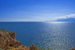 Πανοραμική άποψη σχετικά με τη Μεσόγειο από έναν απότομο βράχο antalya Τουρκία Στοκ Φωτογραφίες