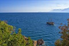 Πανοραμική άποψη σχετικά με τη Μεσόγειο και ένα πλέοντας σκάφος antalya Τουρκία Στοκ φωτογραφία με δικαίωμα ελεύθερης χρήσης