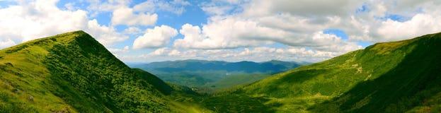 Πανοραμική άποψη σχετικά με τη σειρά βουνών Στοκ εικόνα με δικαίωμα ελεύθερης χρήσης
