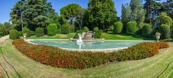 Πανοραμική άποψη σχετικά με τη στρογγυλή πηγή στο πάρκο Pedralbes, Βαρκελώνη, Ισπανία Στοκ Φωτογραφίες