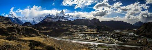 Πανοραμική άποψη σχετικά με τη Fitz Roy και EL Chalten, από τα περιβάλλοντα βουνά, Παταγωνία, Αργεντινή στοκ εικόνα