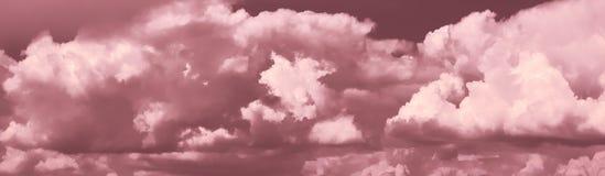Πανοραμική άποψη σχετικά με τον ουρανό με τα δραματικά σύννεφα Φωτεινά γκρίζα σύννεφα στον ουρανό κατάλληλο για το υπόβαθρο E Συν στοκ εικόνες