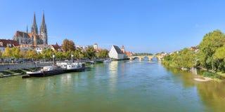 Πανοραμική άποψη σχετικά με τον ποταμό Δούναβη με τον καθεδρικό ναό του Ρέγκενσμπουργκ, Γερμανία Στοκ φωτογραφία με δικαίωμα ελεύθερης χρήσης