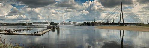 Πανοραμική άποψη σχετικά με τον ποταμό της πόλης Daugava και της Ρήγας, Λετονία Στοκ Εικόνες