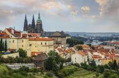 Πανοραμική άποψη σχετικά με το κάστρο της Πράγας και την παλαιά πόλη άνωθεν, Δημοκρατία της Τσεχίας Στοκ φωτογραφία με δικαίωμα ελεύθερης χρήσης