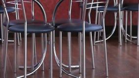 Πανοραμική άποψη σχετικά με το πάτωμα και τα έπιπλα στο φραγμό πρόχειρων φαγητών καντίνων Φύλλο πλαστικού και καρέκλες και πίνακα απόθεμα βίντεο