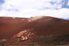 Πανοραμική άποψη σχετικά με το υπερφυσικό αφηρημένο κόκκινο που καίει το ηφαιστειακό βουνό Montañas del Fuego ενάντια στο μπλε ου στοκ εικόνες