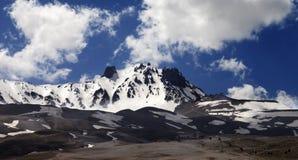 Πανοραμική άποψη σχετικά με το χιονοδρομικό κέντρο την άνοιξη Στοκ εικόνα με δικαίωμα ελεύθερης χρήσης