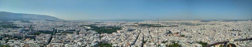 Πανοραμική άποψη της Αθήνας που υποστηρίζεται από ένα υψηλό σημείο άποψης στοκ εικόνες