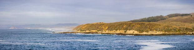 Πανοραμική άποψη της ακτής Ειρηνικών Ωκεανών Montara de Oro στο κρατικό πάρκο κατά τη διάρκεια του goldenhour  Κόλπος Morro και β στοκ φωτογραφίες