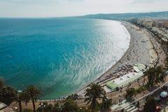 Πανοραμική άποψη της ακτής και της παραλίας της Νίκαιας με το μπλε ουρανό, Γαλλία στοκ φωτογραφία με δικαίωμα ελεύθερης χρήσης