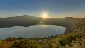 Πανοραμική άποψη της ακτής λιμνών Albano στην ανατολή timelapse, επαρχία της Ρώμης, Latium, κεντρική Ιταλία απόθεμα βίντεο