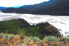 Πανοραμική άποψη της Αλάσκας πέρα από τον ποταμό και τα βουνά χαλκού στοκ εικόνες