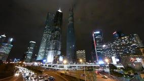 Πανοραμική άποψη της αστικής κυκλοφορίας & του ουρανοξύστη, φωτισμένη νύχτα εικονική παράσταση πόλης φιλμ μικρού μήκους