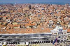 Πανοραμική άποψη της Βενετίας, του παλατιού τεχνάσματος και των κόκκινων κεραμωμένων στεγών από το καμπαναριό στο τετράγωνο σημαδ στοκ εικόνες