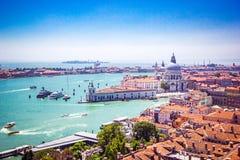 Πανοραμική άποψη της Βενετίας - χαιρετισμός della της Σάντα Μαρία βασιλικών, μεγάλο κανάλι με τις γόνδολες και τις κόκκινες κεραμ στοκ εικόνα με δικαίωμα ελεύθερης χρήσης