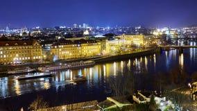 Πανοραμική άποψη της εικονικής παράστασης πόλης της Πράγας τη νύχτα απόθεμα βίντεο