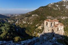 Πανοραμική άποψη της εκκλησίας της ιερής μητέρας του Θεού σε Asen& x27 φρούριο του s και πόλη του Αζένοβγκραντ, Βουλγαρία Στοκ εικόνες με δικαίωμα ελεύθερης χρήσης