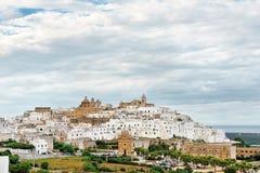 Πανοραμική άποψη της λευκιάς πόλης Ostuni, Apulia, Ιταλία Στοκ εικόνες με δικαίωμα ελεύθερης χρήσης