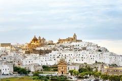 Πανοραμική άποψη της λευκιάς πόλης Ostuni, Apulia, νότια Ιταλία Στοκ εικόνα με δικαίωμα ελεύθερης χρήσης