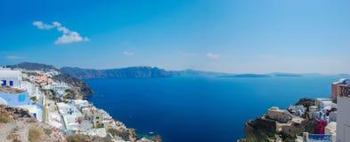 Πανοραμική άποψη της ζαλίζοντας μπλε Μεσογείου και Caldera Santorini στα ελληνικά νησιά στοκ εικόνες