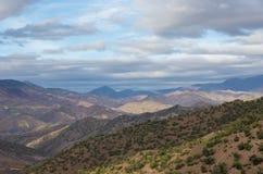 Πανοραμική άποψη της ζωηρόχρωμης κοιλάδας στο Μαρόκο ο υψηλός άτλαντας moun Στοκ φωτογραφία με δικαίωμα ελεύθερης χρήσης