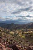 Πανοραμική άποψη της ζωηρόχρωμης κοιλάδας στο Μαρόκο ο υψηλός άτλαντας moun Στοκ Εικόνες