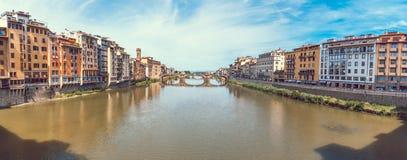 Πανοραμική άποψη της ζωηρόχρωμης παλαιάς γραμμής κτηρίων ο ποταμός Arno μέσα στοκ φωτογραφίες με δικαίωμα ελεύθερης χρήσης