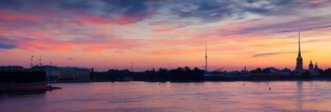 Πανοραμική άποψη της θερινής αυγής ποταμών Neva Στοκ εικόνα με δικαίωμα ελεύθερης χρήσης