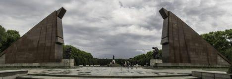 Πανοραμική άποψη της κεντρικής διαδρομής του σοβιετικού πολεμικού μνημείου, που φρουρείται από τους στυλοβάτες στο πάρκο Treptowe στοκ φωτογραφία με δικαίωμα ελεύθερης χρήσης