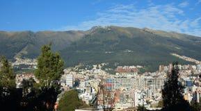 Πανοραμική άποψη της κεντρικής περιοχής της πόλης του Κουίτο με το ηφαίστειο Pichincha στο υπόβαθρο Στοκ Φωτογραφία