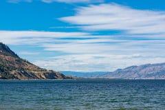 Πανοραμική άποψη της λίμνης Okanagan στο θερινό βράδυ Στοκ εικόνα με δικαίωμα ελεύθερης χρήσης
