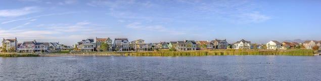 Πανοραμική άποψη της λίμνης Oquirrh με τα σπίτια και τον ουρανό στοκ εικόνες